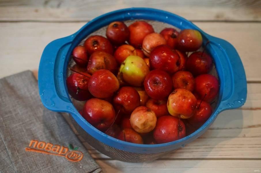 1. Яблочки помойте, наколите зубочисткой в нескольких местах.