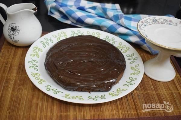 4. Выпекайте пирог 35-40 минут. Остудите полчасика и полейте глазурью (соедините молоко, какао, соль, ванильный экстракт, сахарную пудру) при желании перед подачей.  Приятного чаепития!