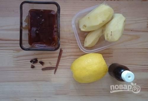 Аккуратно, как можно тоньше снимаем кожуру с имбиря. Лимон тщательно помоем под горячей водой.