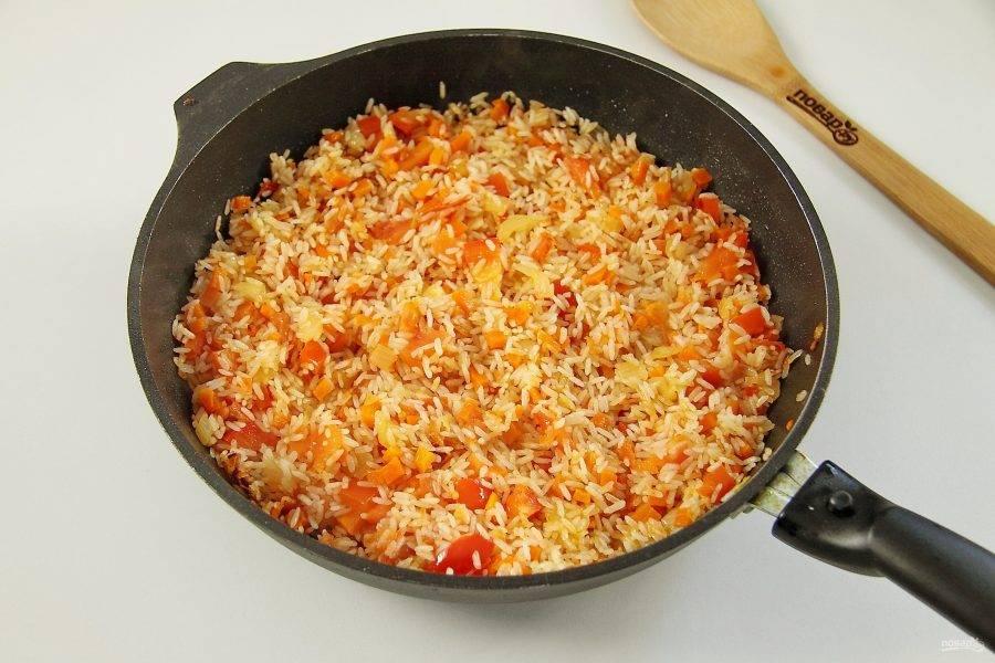 Добавьте промытый рис и прогрейте все вместе около 5 минут.