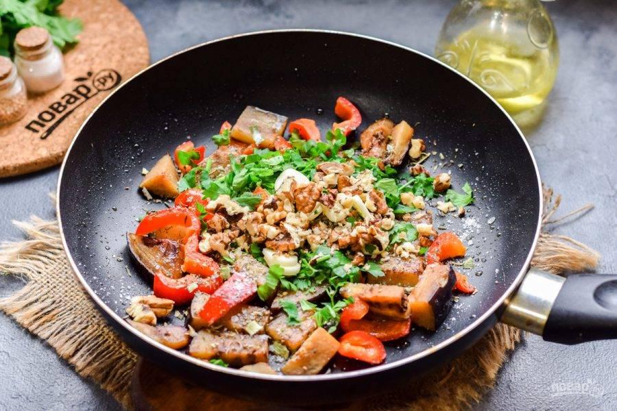 Грецкие орехи мелко нарежьте и добавьте в сковороду.