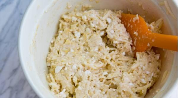 1. Отделяем белки от желтков. Желтки смешаем с мукой, творогом, медом и тертыми яблоками до однородности.