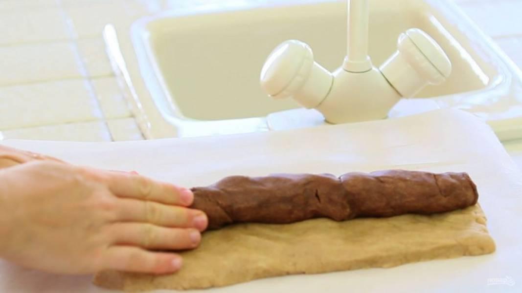 7. В центр в виде колбаски выложите тёмное тесто.