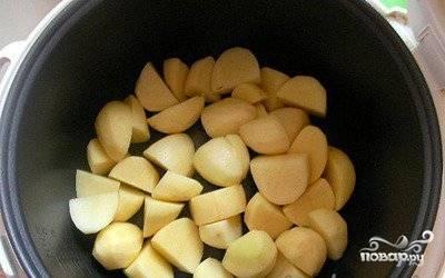 Картошку перекладываем в чашу мультиварки. Внимание! Маслом чашу не смазываем, так как тушенка достаточно жирный продукт.