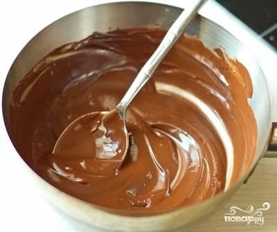 5.Приступите к приготовлению мусса. Растопите шоколад на водяной бане. Нагрейте отдельно сливки до кипения с палочкой корицы. Выньте корицу, соедините сливки и шоколад.
