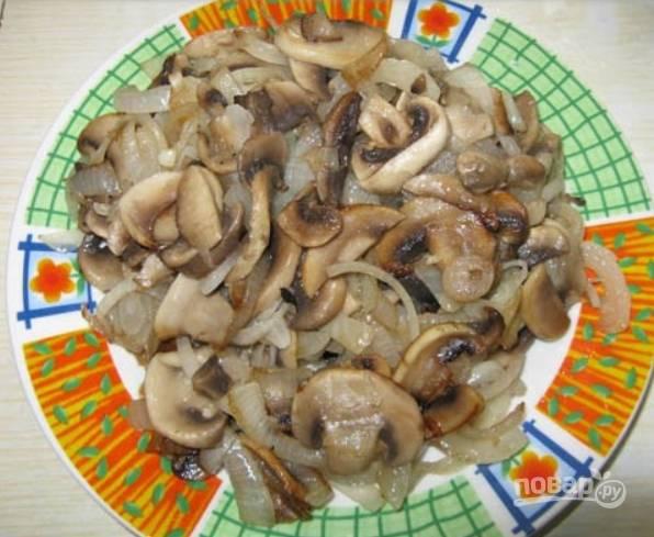 3.Разогрейте сковороду с растительным маслом, выложите лук и обжарьте его до прозрачности, затем выложите грибы и обжарьте их до готовности.