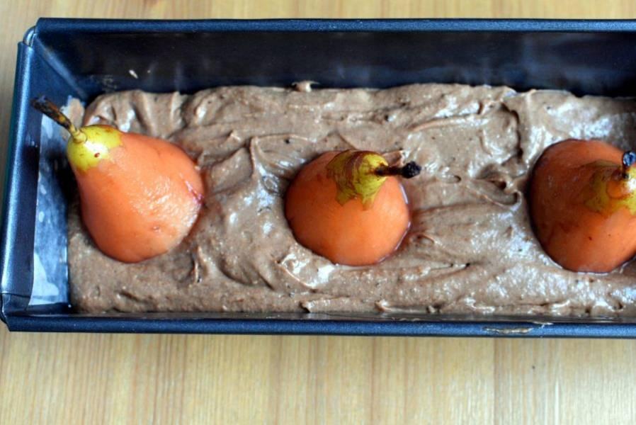 В подготовленную форму вылейте тесто и установите вертикально груши, притапливая их в тесте.