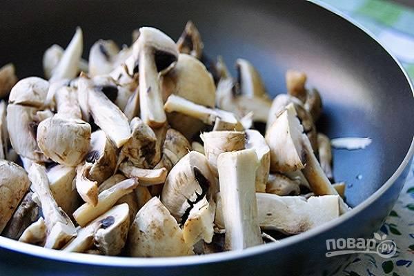 1. Грибы вымойте, обсушите и нарежьте тонкими пластинками. На сковороде разогрейте растительное масло и выложите туда грибы.