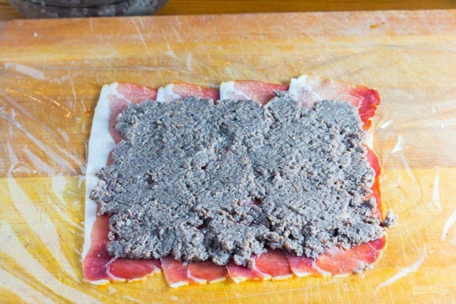7.Поверх прошутто выложите грибное пюре и распределите его равномерно.
