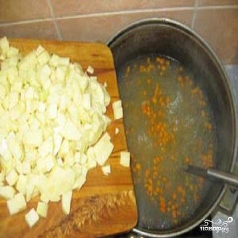2.Сок из рыбных консервов не выливать. В кипящий бульон или воду добавить картофель. Когда картофель прокипит минут 5, добавить туда жареные овощи.