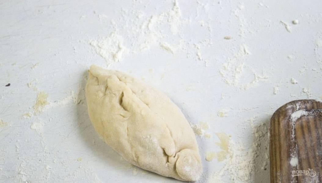Раскатайте кусочки в лепёшки. В центр укладывайте начинку и сформируйте пирожки.