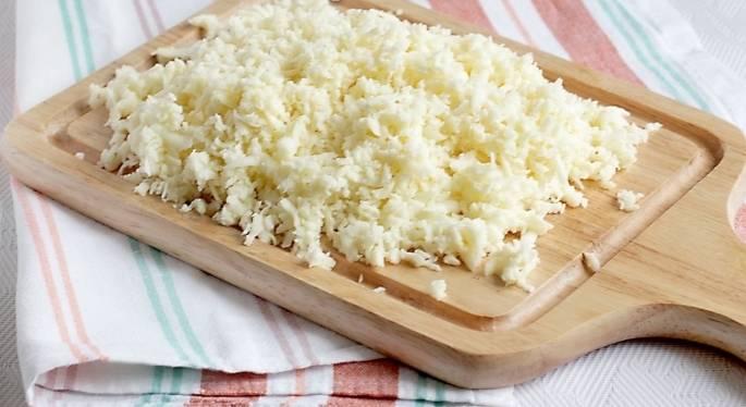 3. Отправляем тесто в холодильник на 30-50 минут, после чего нарезаем его на части, каждую из которых раскатываем. Натираем сыр на терке.