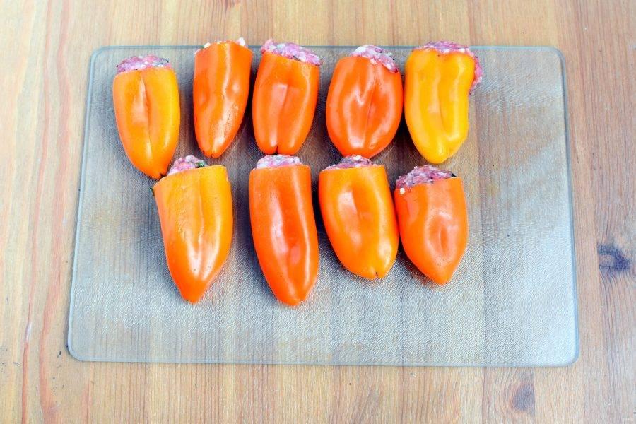 Хорошо вымешайте фарш и начините вымытые и вычищенные сладкие перцы. Пару перцев отложите для самого супа. Удобнее брать мелкие и красивые перчики.