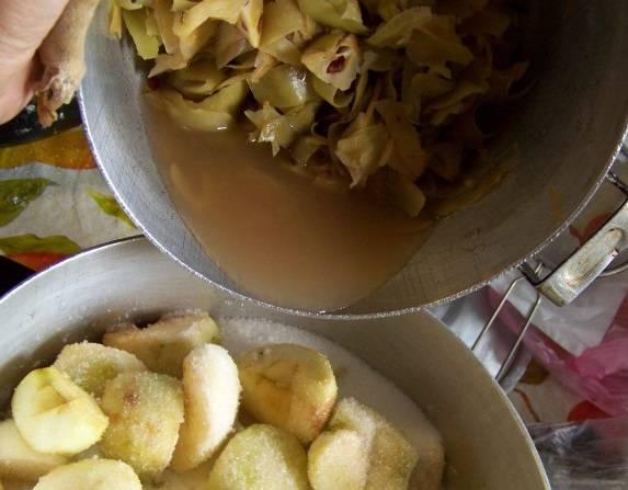В очистки залейте воду и поставьте на огонь на 10 минут. Затем остудите полученную жидкость и аккуратно перелейте в емкость к яблокам.