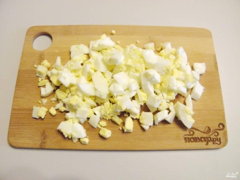 Яйца очистите и порубите кубиками.