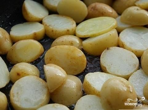 Обжарить на хорошо разогретой сковороде до золотистого цвета. Если вы используете  грибы - обжарьте их на другой сковороде.