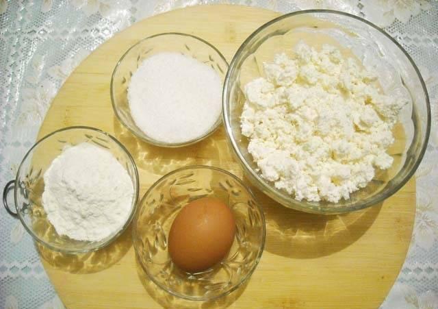 5. Пока тесто будет охлаждаться, можно приступить к начинке. Яйцо разделите, оставив желток для смазывания, а белок используя в начинку.