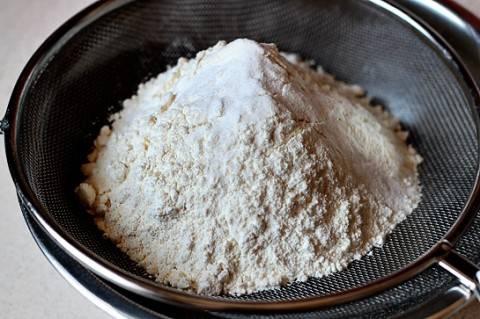 3. Муку и соду просеять и ввести постепенно в масло с сахаром. Тщательно перемешать, чтобы не образовались комочки. При желании можно добавить щепотку соли или лимонной кислоты.