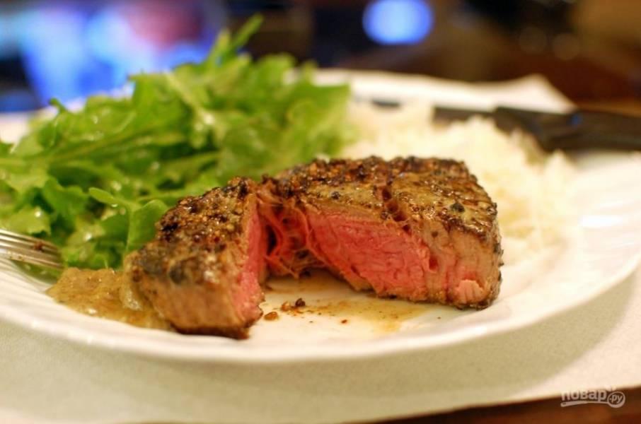 11.Переложите мясо в тарелку и полейте каждый кусочек 1-2 ложками соуса. Подавайте его сразу к столу.