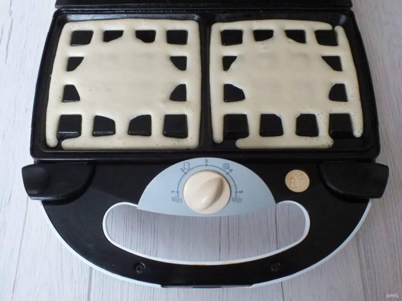 В разогретую вафельницу разлейте тесто. Выпекайте в течение 4-6 минут.