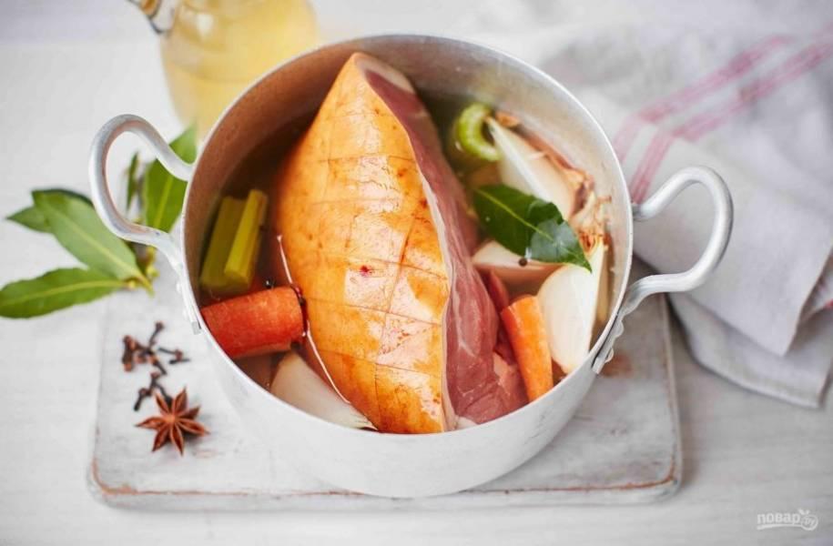 1. В большой кастрюле в яблочном соке проварите морковь, анис, сельдерей и лук.