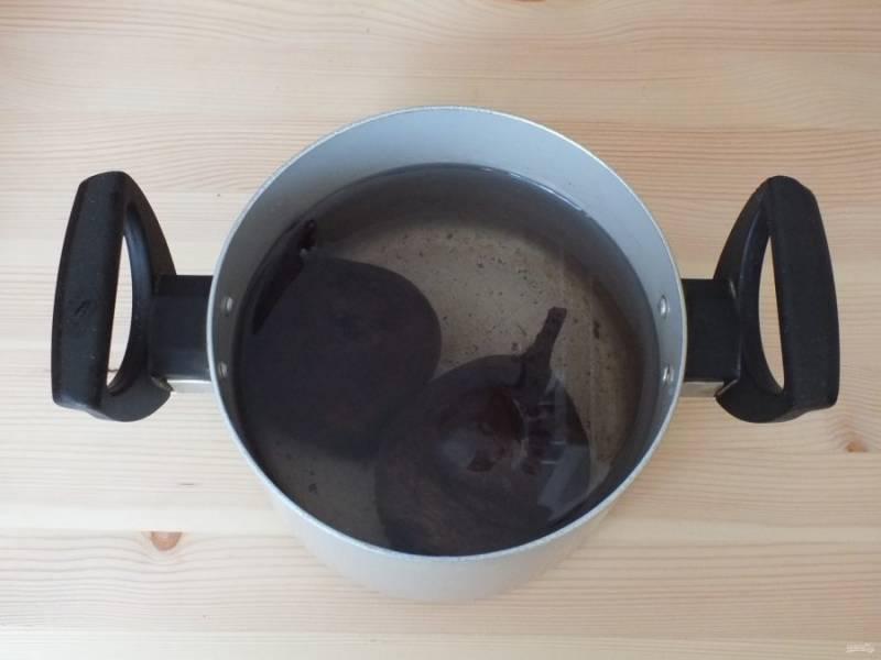 Свеклу тщательно вымойте с щеткой, чтобы не осталось и следа грязи. Залейте водой и варите до готовности.
