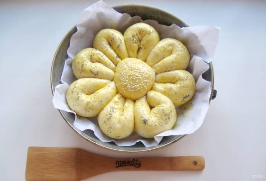 Дайте пирогу постоять в тепле 25-30 минут до увеличения в объеме. После смажьте взбитым яйцом.