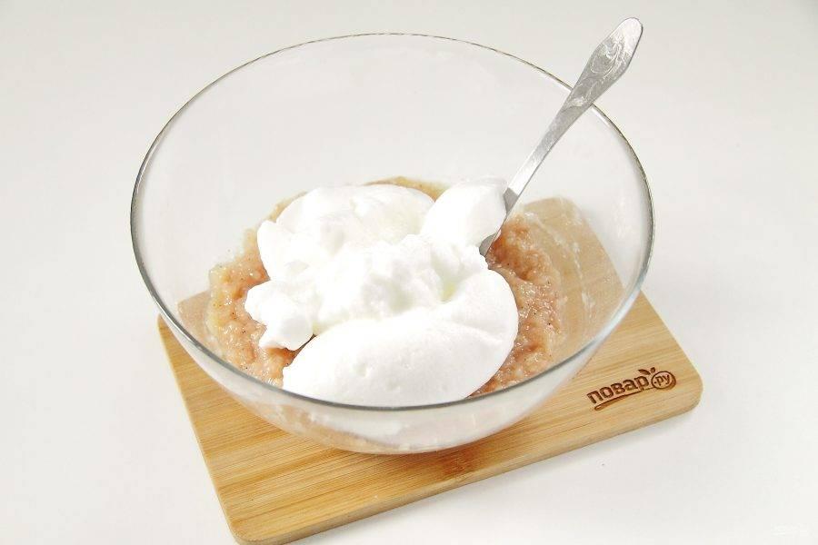 5. В отдельной мисочке взбейте белки с щепоткой соли до состояния густой белой пены и добавьте частями к фаршу.