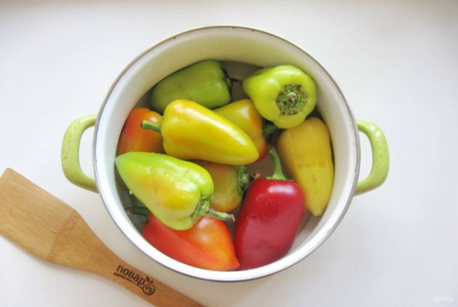 Выложите болгарский перец в кастрюлю.