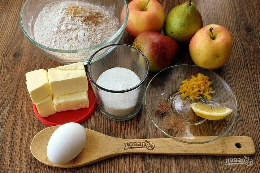 Подготовьте необходимые продукты. Муку просейте в миску. Сливочное масло для теста должно быть комнатной температуры. Фрукты вымойте.