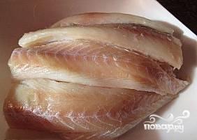 Рыбу разморозить, хорошо вымыть и слегка отжать. Удалить плавники, снять кожу, отделить мякоть от костей и нарезать небольшими кусочками.