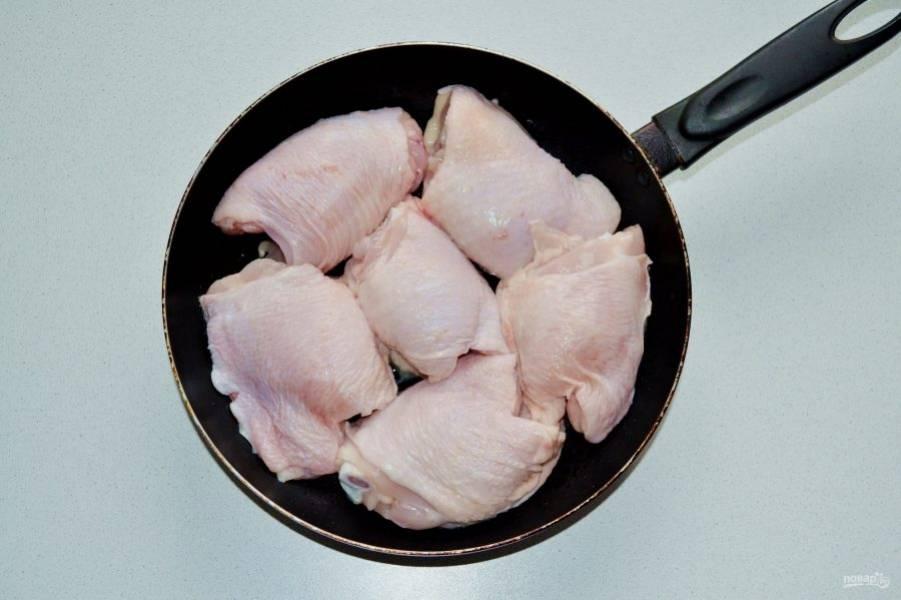 На сковороде разогрейте растительное масло. Выложите курицу и обжарьте с двух сторон до появления легкой корочки.