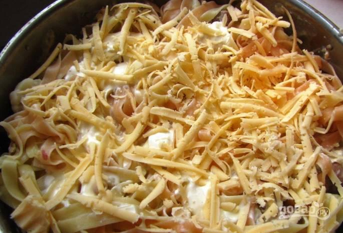 Присыпаем тертым плавленым и твердым сырами. Отправляем в духовку на 25 минут, температура — 200 градусов.