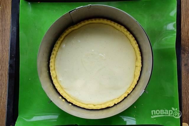 Вылейте начинку внутрь коржа, поставьте запекаться в духовку при 160 °С на 1 час. Начинка должна схватиться, стать плотной. Оставьте остывать в духовке.