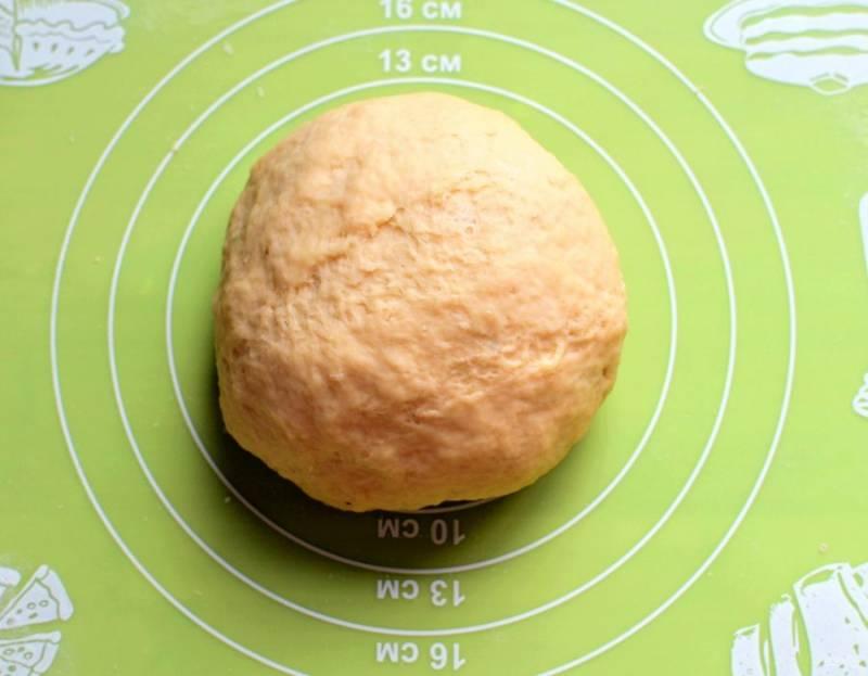 Замесите пресное тесто на яйце. Дайте отлежаться минут 20.