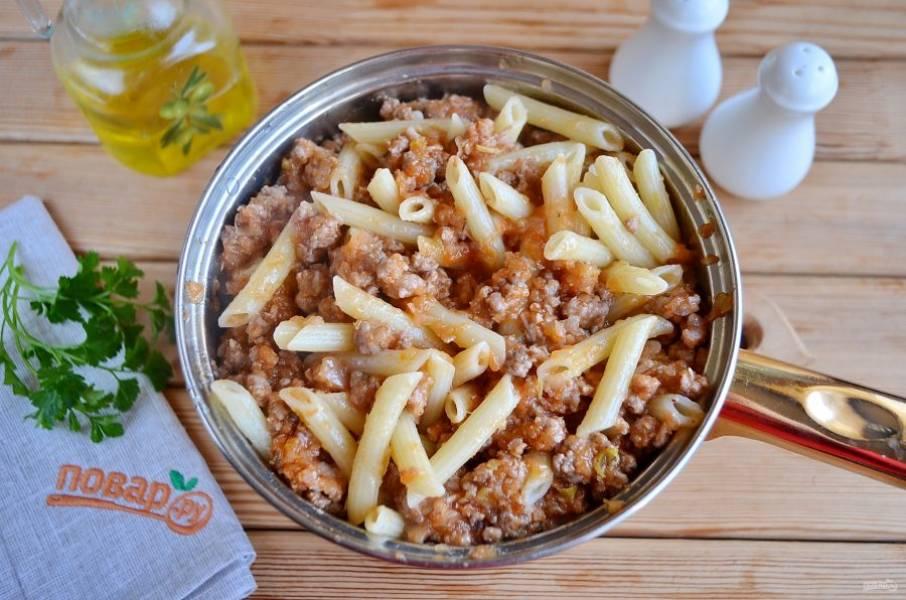 9. Соедините макароны с соусом, тщательно перемешайте. Подержите на огне еще 2-3 минуты. Вот и все, макароны по-флотски с фаршем в домашних условиях можно подавать к столу.