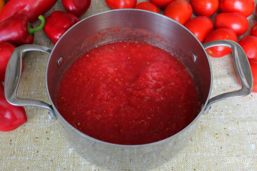 Готовим томат. Помидоры пропускаем через соковыжималку или через мясорубку.