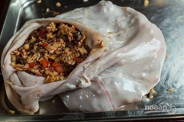 1. Очень важно для приготовления этого блюда тщательно подготовить желудок: промыть его, почистить с обеих сторон и кропотливо выскоблить. Поскольку желудок достаточно большой, то его можно начинять на большую семью или мероприятие. Начинкой обычно служит фарш из субпродуктов, перемешанный с жиром, крупой (рис или гречка), болгарским перцем кубиками, репчатым луком и обязательными специями. Из специй хорошо сочетается черный молотый перец, паприка, чабрец. Солите и приправляйте по вкусу.