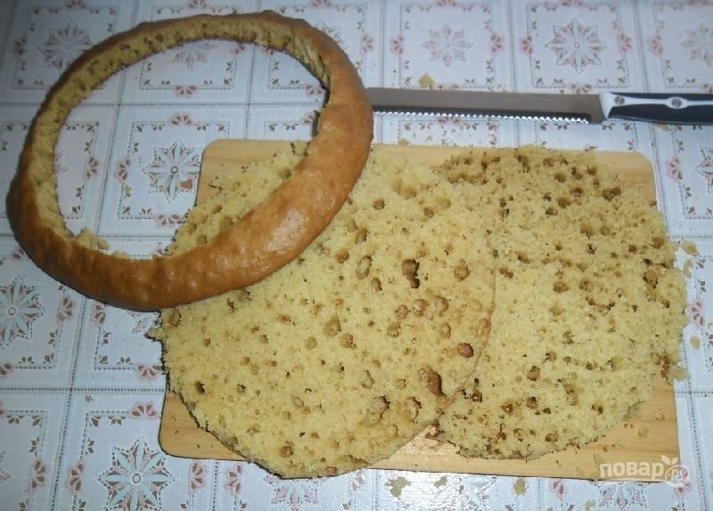 Готовый бисквит остудите. Обрежьте ровно края. Разрежьте на два коржа.