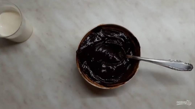 3. Приготовьте глазурь. Для этого в шоколад добавьте 40 г сливок и отправьте в микроволновку на 40 секунд. Хорошо перемешайте глазурь.