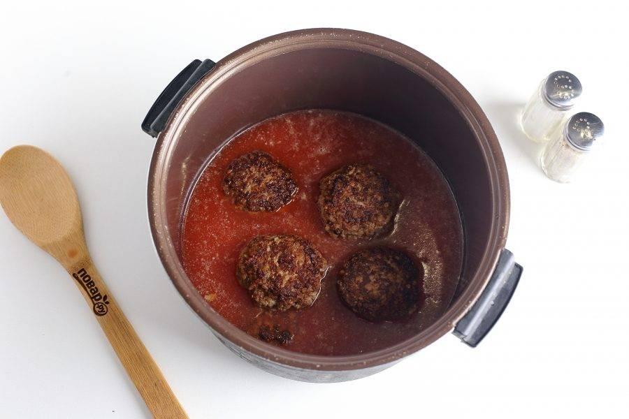 """Залейте гречаники соусом и готовьте на режиме """"Тушение"""" еще 20 минут."""