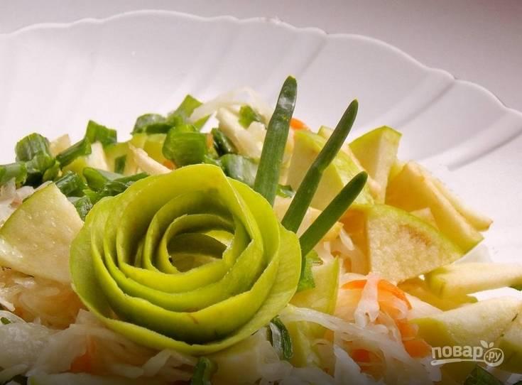 Салат из квашеной капусты с яблоками