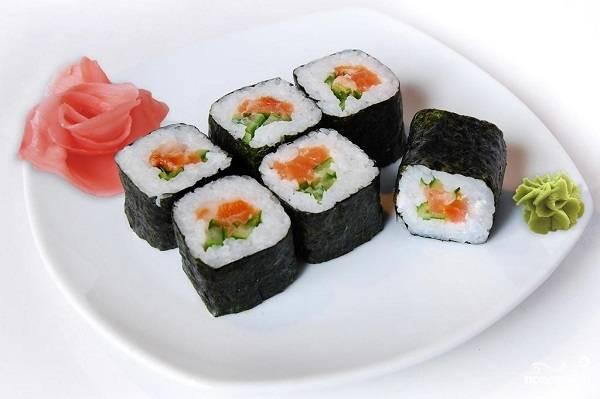 Суши с семгой и огурцом