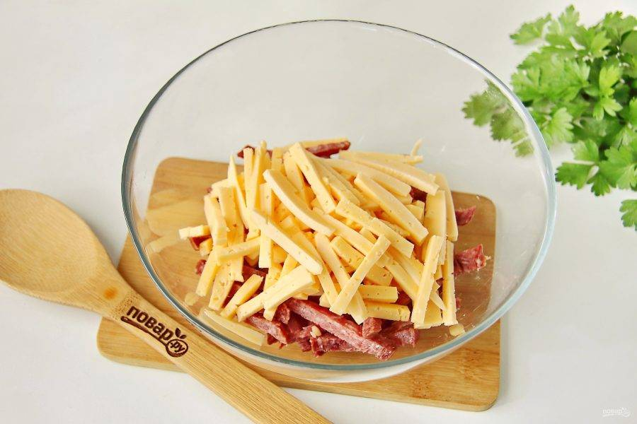 Добавьте нарезанный соломкой сыр.