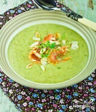 Суп-крем из брокколи с лососем и миндалем