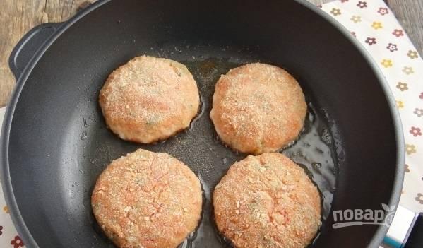 Сковороду с маслом нагрейте, обжарьте котлеты до золотистого цвета.