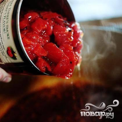 4. Добавить консервированные помидоры.