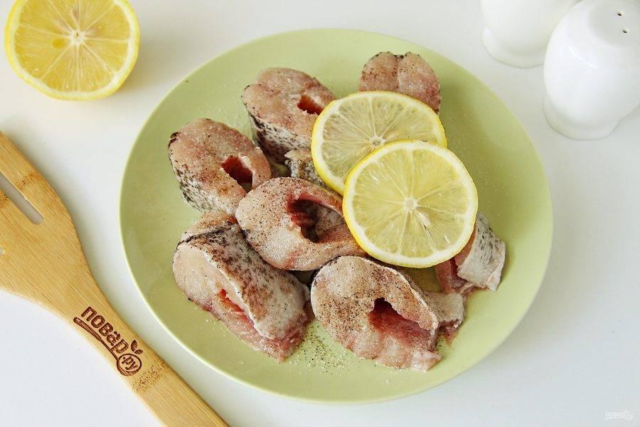 Добавьте к щуке соль, перец и кружочки лимона, стараясь из них выдавить весь сок. Оставьте рыбу на 15 минут.