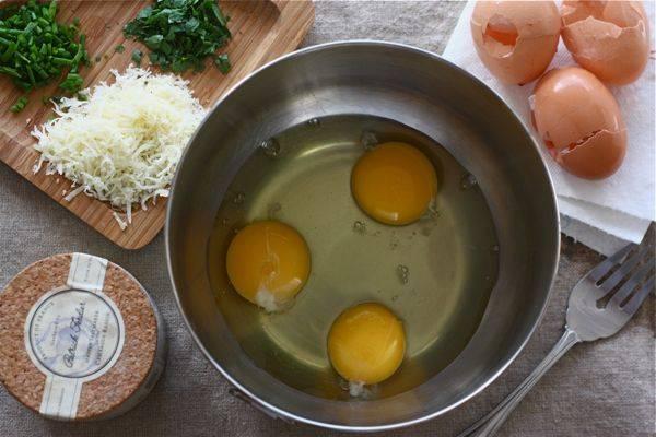 1. Приготовьте все ингредиенты для омлета по-французски. Укроп и петрушку промойте, просушите и мелко нарежьте. Укропа будет достаточно 1/4 столовой ложки, петрушки - 1/2 ст. л. Яйца в бейте в миску.