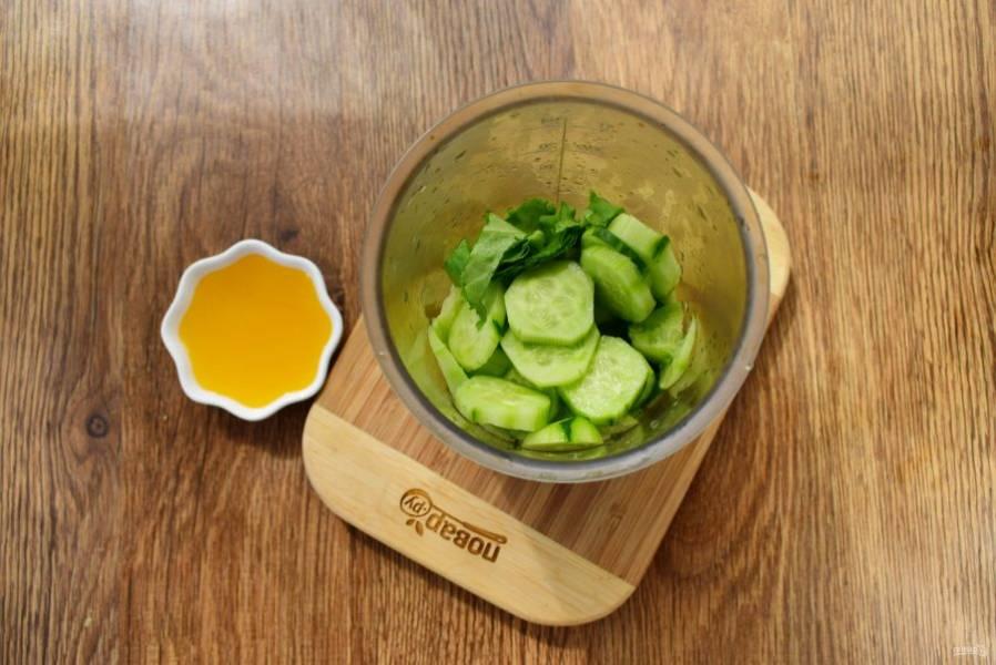 Огурец нарежьте ломтиками, из кусочка лимона выжмите сок, салат нарвите на кусочки. Воду (1 стак.), лимонный сок, огурец, листья салата и мед соедините в измельчителе, пробейте до однородности.